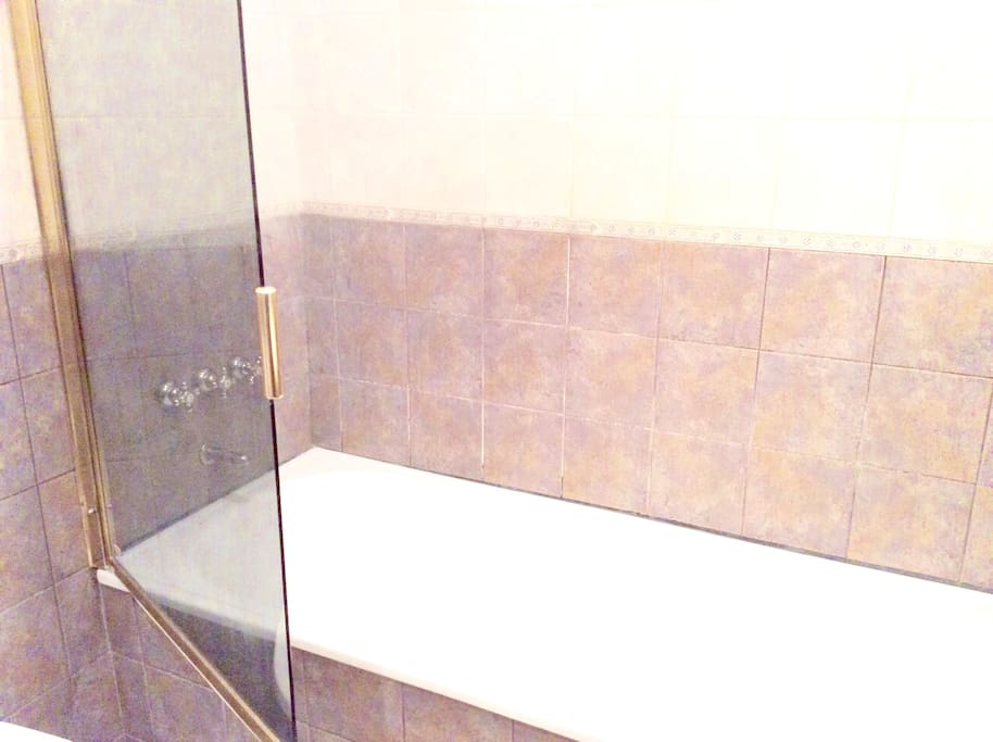 Los 2 baños idénticos con bañeras los dos