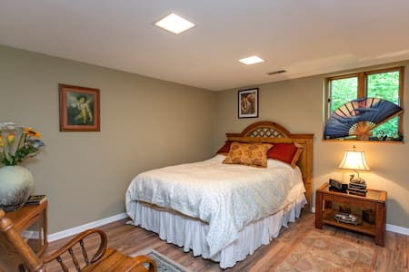 Very comfortable & quiet room in a beautiful home. - Franklin