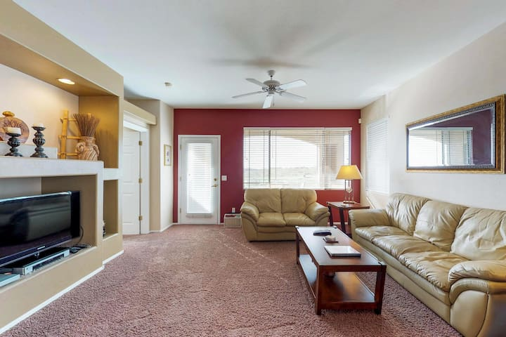 Cozy, convenient condo w/ shared pool & hot tub - walk to golf, near state park