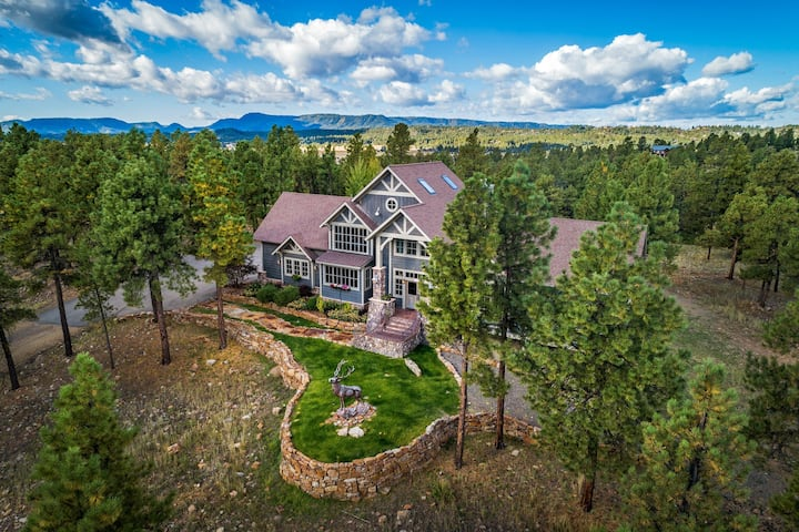 Luxury home w/amazing mountain views, sauna, deck, fireplaces & kids' play loft!