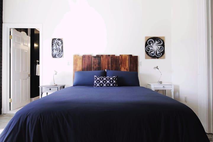 Luxury queen mattress w/Parachute linens