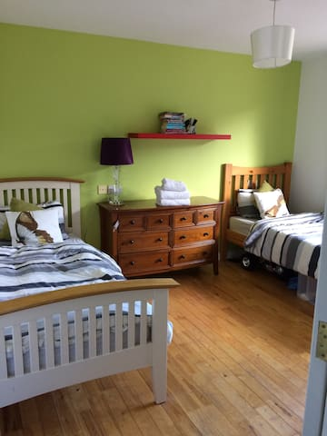 Cosy twin bedroom with ensuite