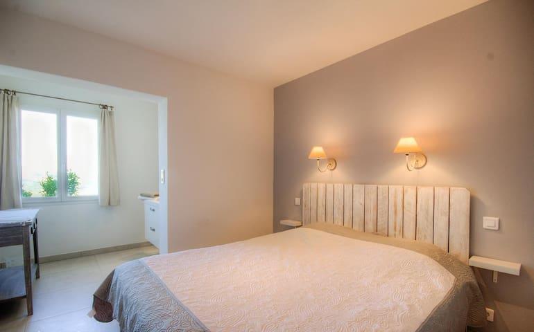 chambre 1 avec sa salle de bain indépendante et son dressing