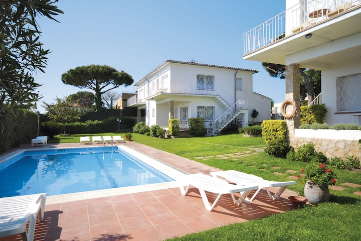 Cozy Apartment in Sant Feliu de Guíxols with Swimming Pool