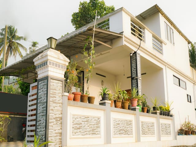 OYO - Don't Miss! - Spacious 2BHK Villa near Thokkupara, Munnar