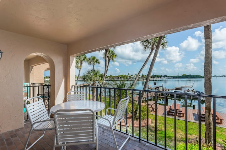 Bayview escape w/shared pool, shared gas grill & easy beach access