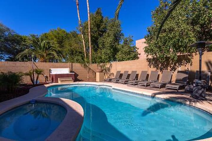 Scottsdale in Kierland-Sleeps 20-4 Bathrooms-Pool