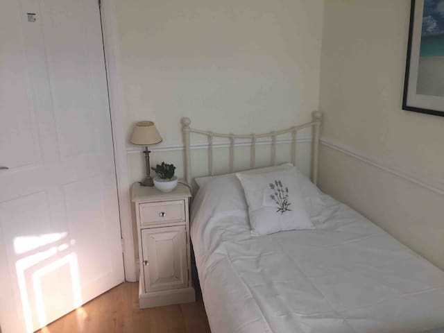 Single room close to Glaxo/Hospital/College - BN14
