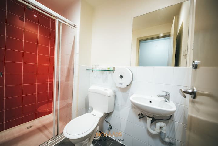 Spacious 6 Share Ensuite Dorm Bed in Melbourne Center!