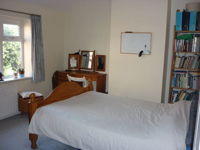 Lovely double room in Didsbury, South Manchester.