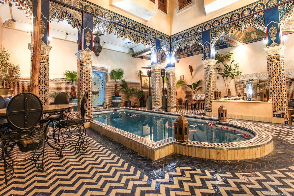 Belle piscine pour nager et plonger