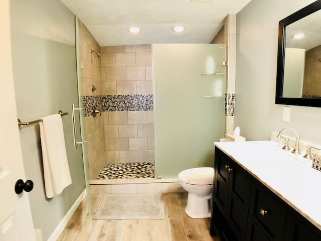 KING Private MASTER Suite in 4BR Home w Full Bath