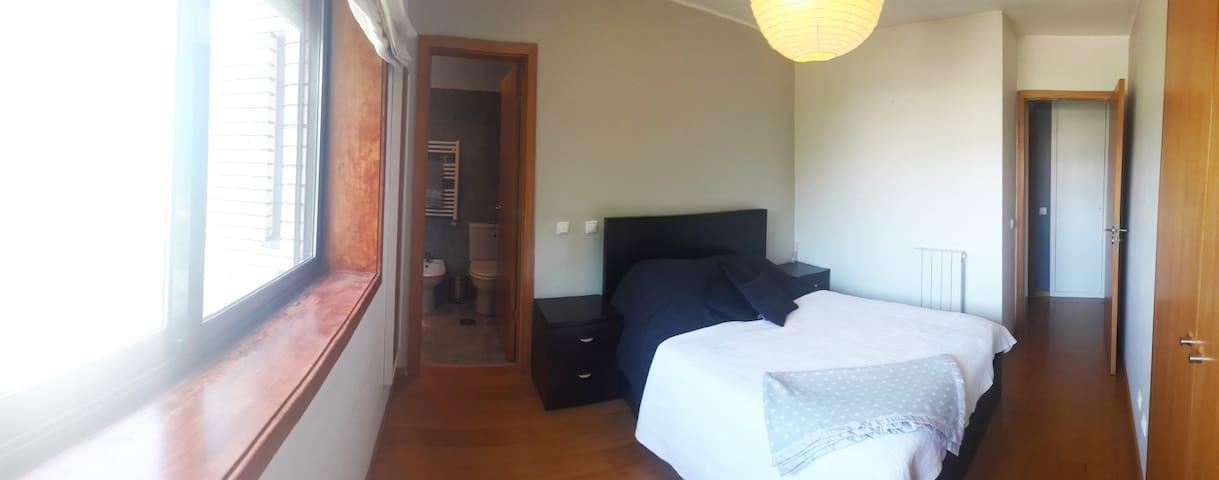 Grande quarto com suite, canto tranquilo do  Porto