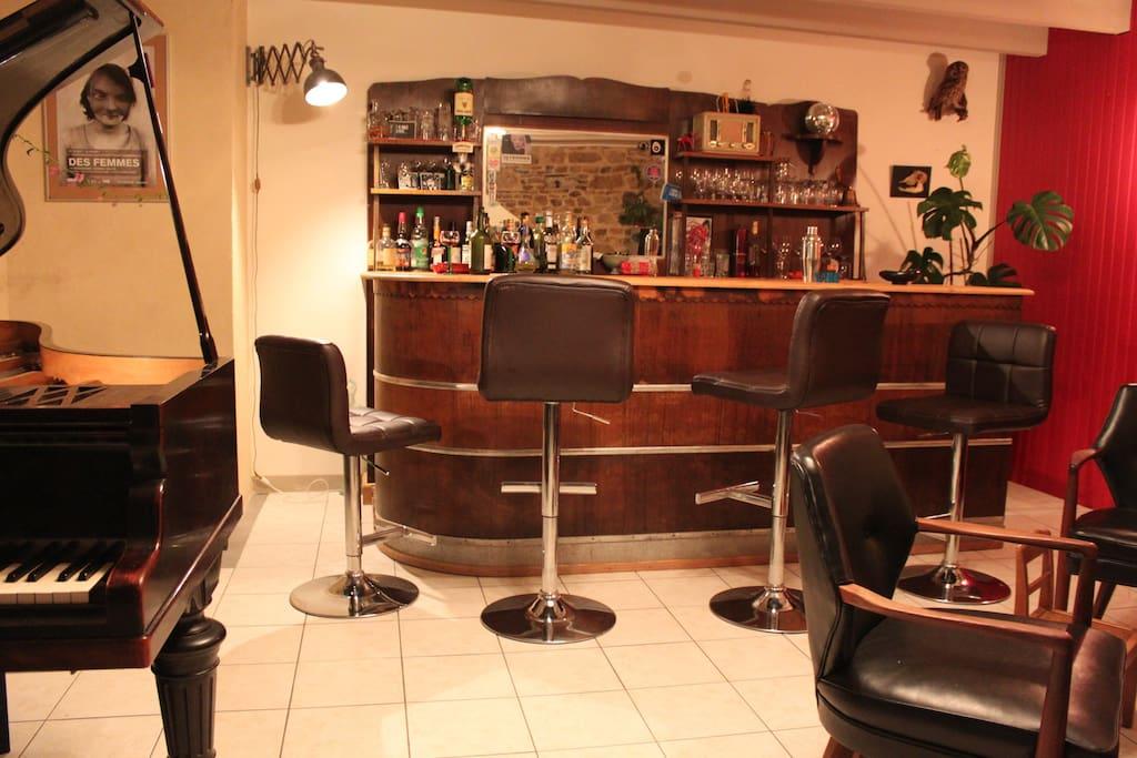 Grande pièce de vie : piano bar