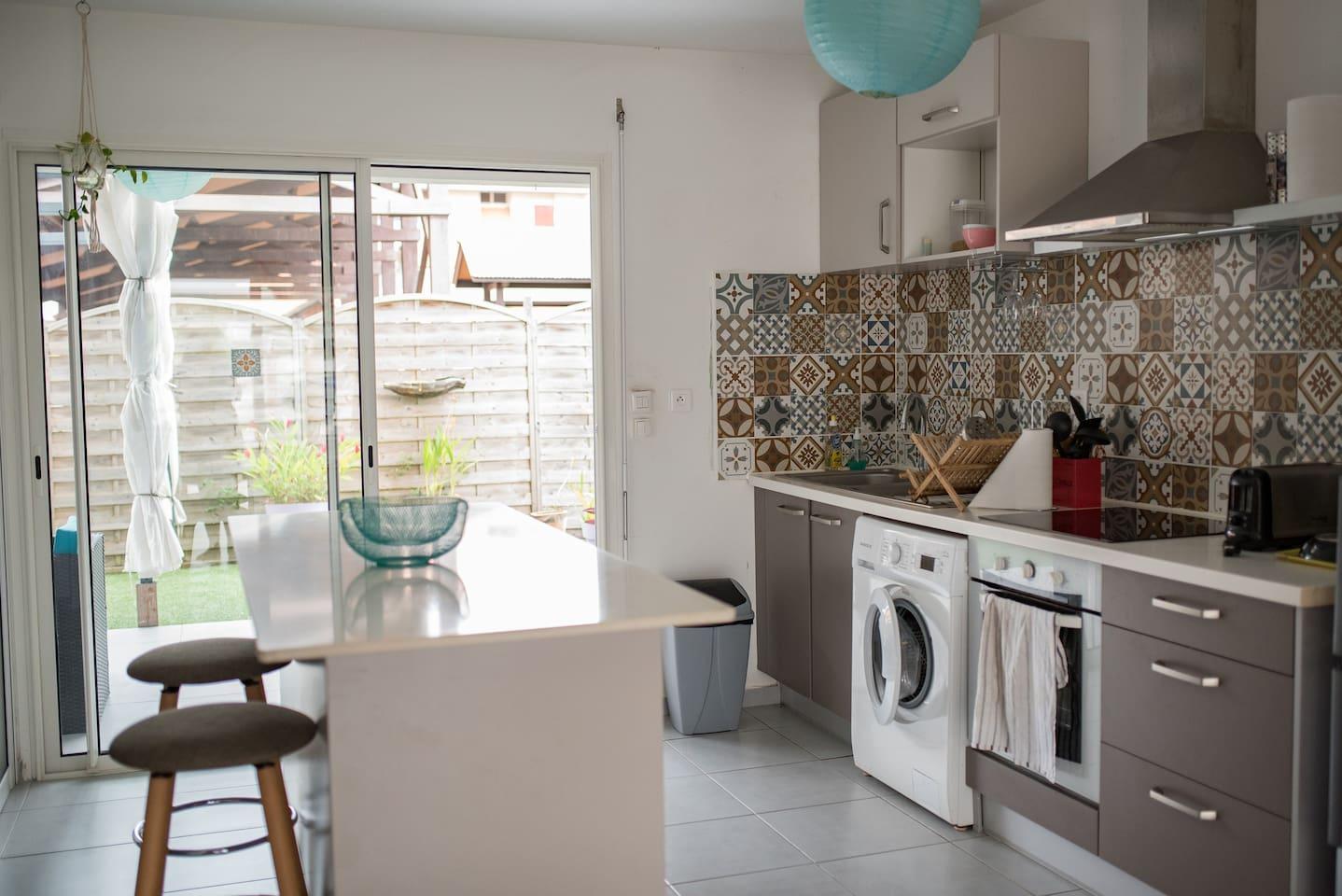 cuisine tout équipée : four, cafetière, machine à laver...