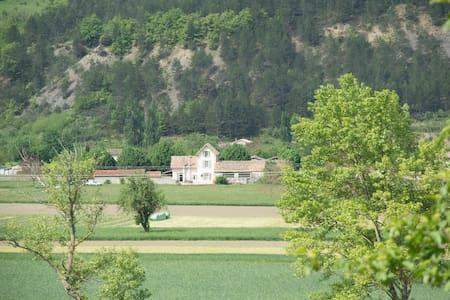 Villa de charme et ses 11 tilleuls centenaires ! - Haus