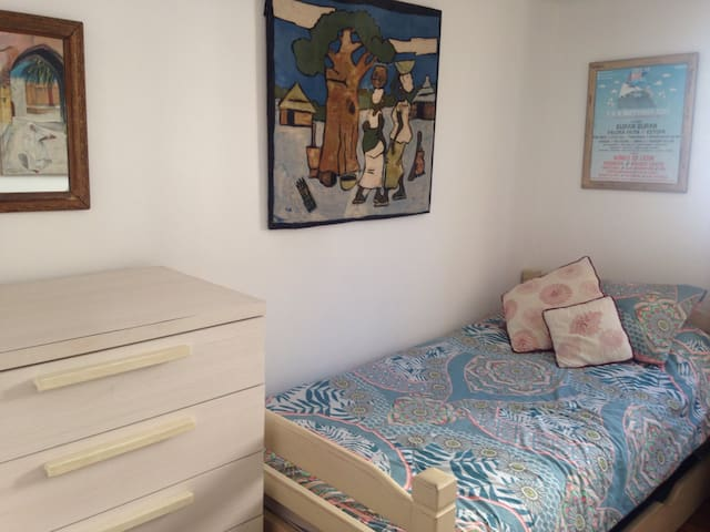 A quirky family home in town centre - Gibraltar - Apartment