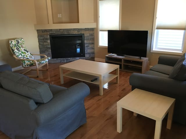 Private, comfy within 12mins of Calgary Airport - Calgary - Casa