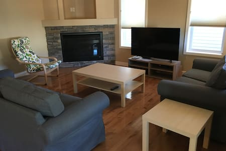 Private, comfy within 12mins of Calgary Airport - カルガリー