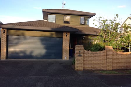 Lovely large room close to Milford Beach
