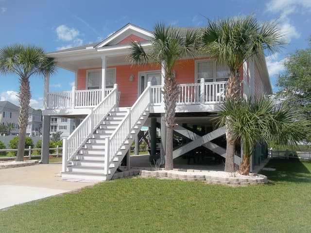 "The Foxy ""Peach"" Cottage  **Beach 2 Blocks - Garden City"