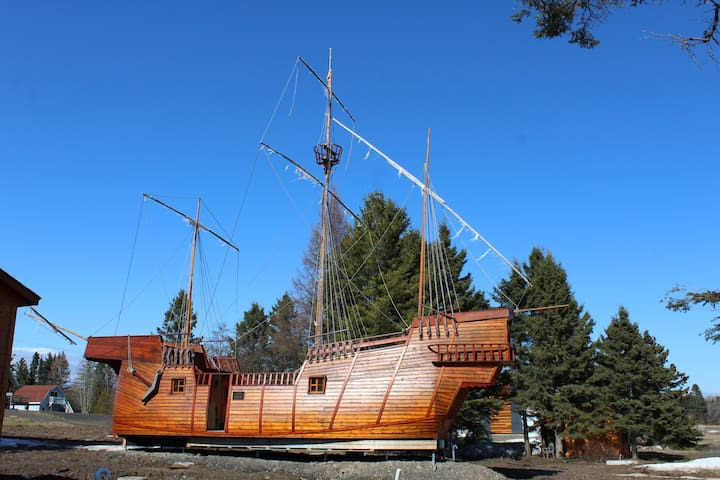 2 bedroom chalet boat Grande Hermine Replica