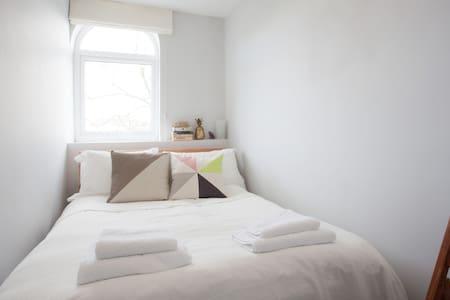 Double bedroom close to city centre - Bristol