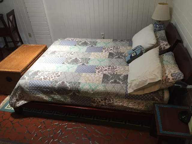 Comfy, cozy, Queen size bed.  All cotton linens.