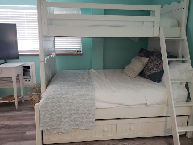 Downstairs bunk room bed with full bed, twin bed, and trundle