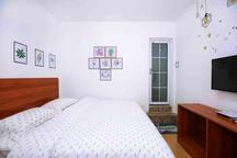 温馨舒适的超大床,给您的旅行减压放松,家庭式装修,价格亲民,房间配备齐全,拎包入住,可以短租也可以长租,我们的初心就是让您出门在外也有家的温暖!地理位置优越,去哪里都很方便!