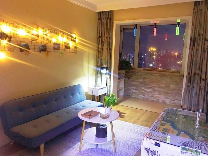 鸭绿江景电梯海鲜市场商业区两室大床空调公寓