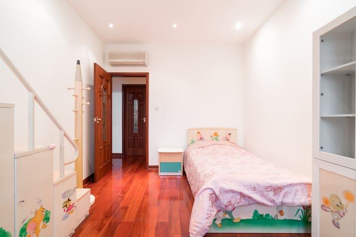 次卧1是儿童主题房间哦,家具有可爱的花花,配套很齐全,空调、衣橱、书桌、椅子、陈列柜、衣帽架、遮光窗帘一个都不少哦,都是成人尺寸呢!本房间是单人床,如果需要还可以另外加一个单人床!卫生间是客卫,有可能需要和其他人共用哦!
