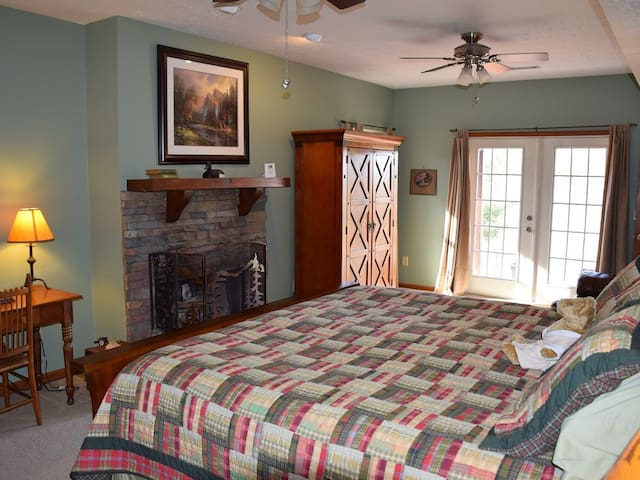 Long Mountain Lodge B&B - Campbell Mountain Suite