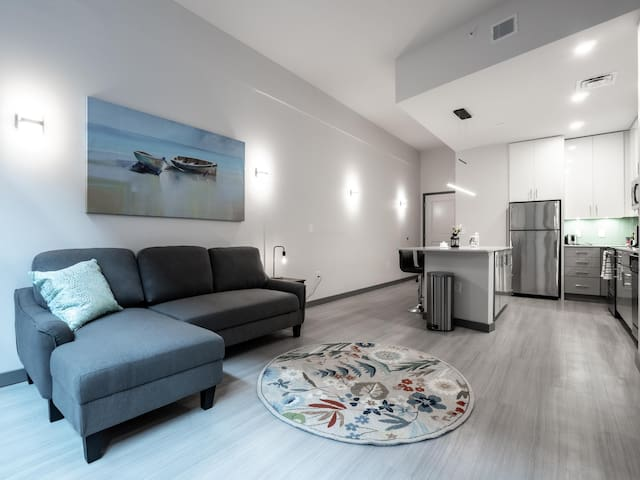 Beautiful Condo - Heart of Business District #502