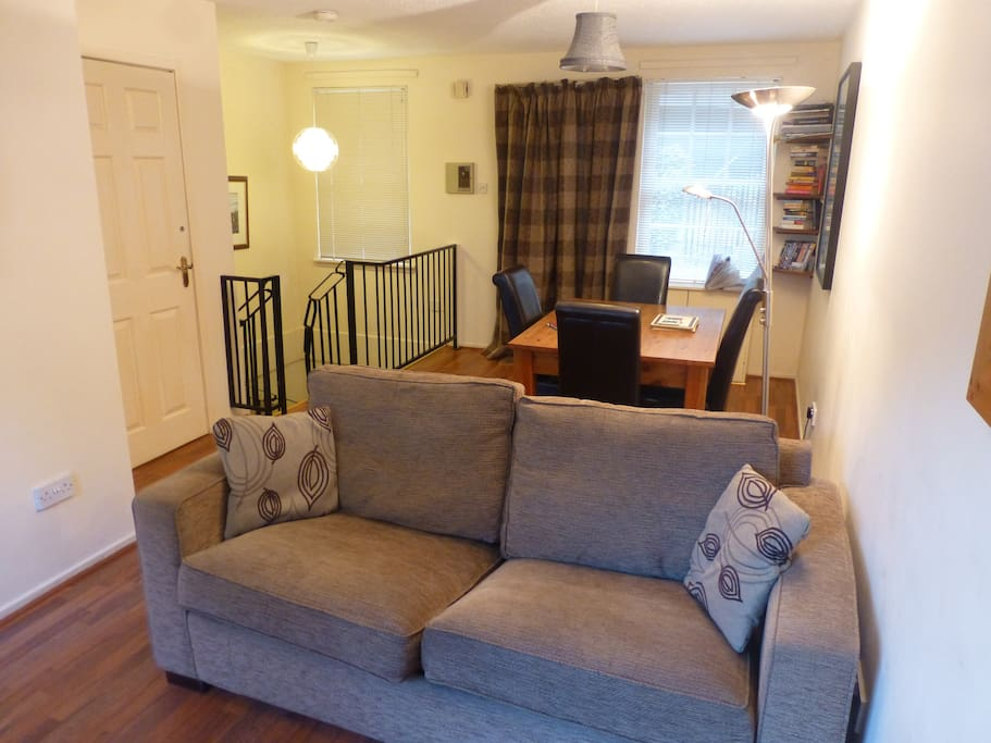 Livingroom with double sofabed and dining area