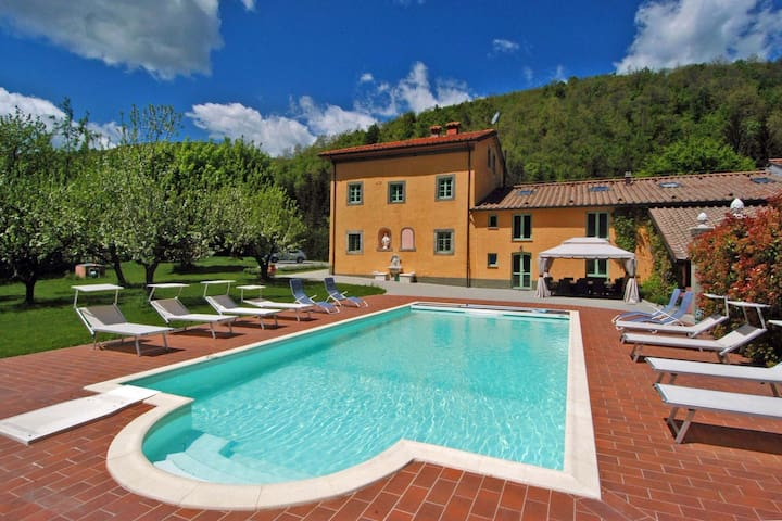 Exclusive villa surrounded by peaceful Pistoia, with private pool and spa!