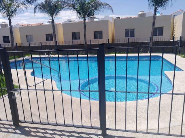 Hermosa y práctica casa en club alta California!!