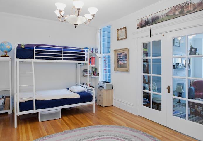 Large room with own bathroom & 2 beds, sleeps 3. - San Francisco - Wohnung