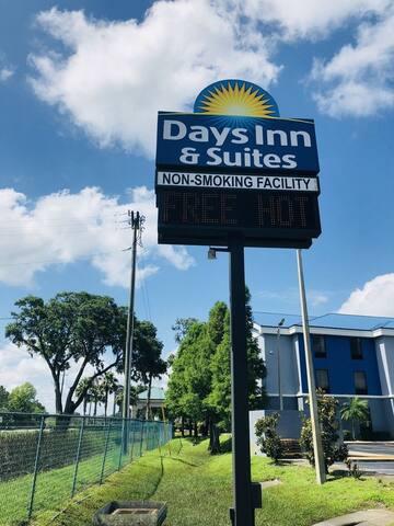 Days Inn & Suites by Wyndham Lakeland