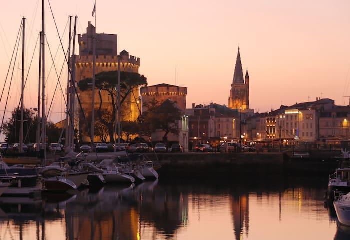 Vue sur le vieux port de La Rochelle en soirée