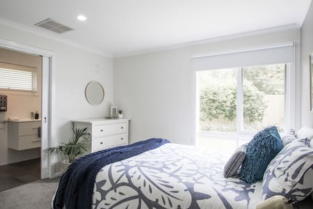 Boutique studio suite close to Knox Hospital