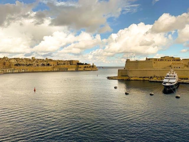 Ta' Sofia Penthouse with Valletta Views & Terrace
