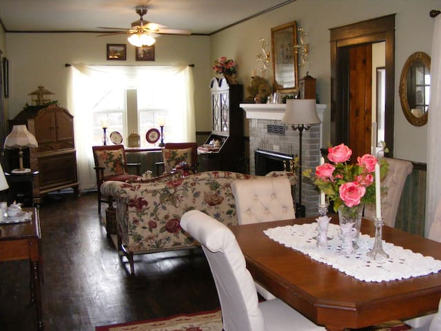 1902 English Country Inn, Rose Superior Suite