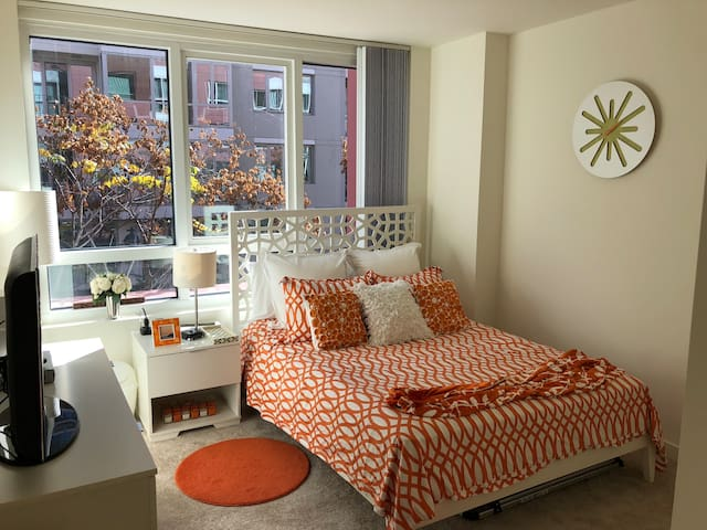 Private Room in SoMa- 2 blocks from AT&T Park