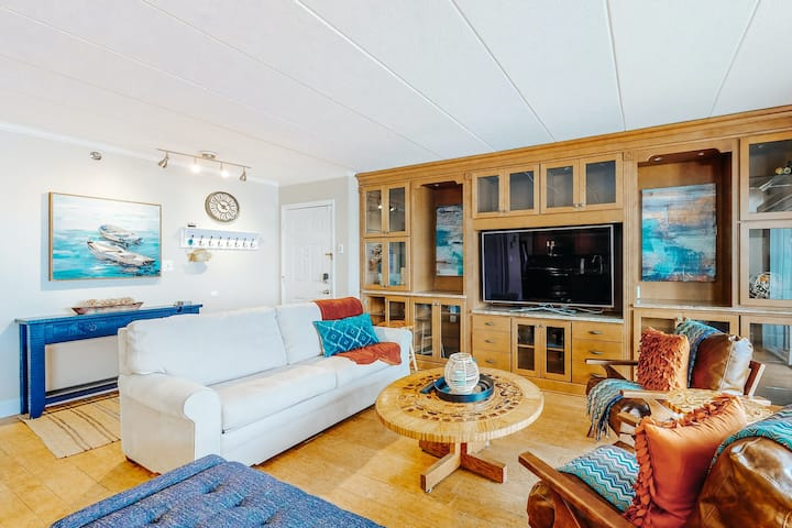Bayfront condo overlooking the marina w/ a shared, outdoor pool