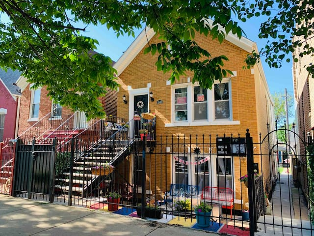2BR Garden Unit in Workers Cottage; Steps from CTA