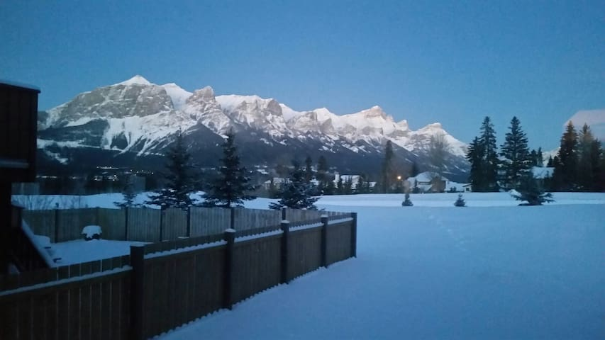 Mountain view bedrooms and den. - Canmore - Ev