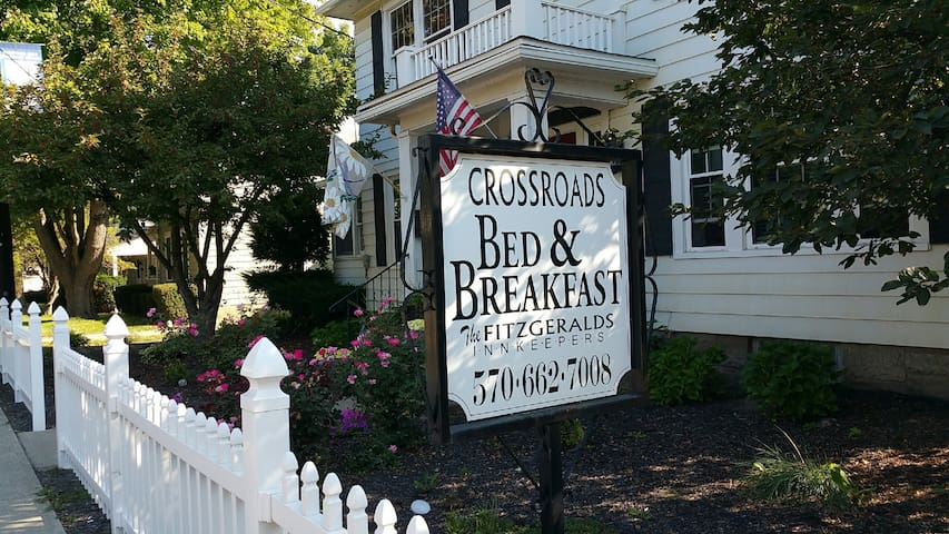 Crossroads Bed & Breakfast - The South Room