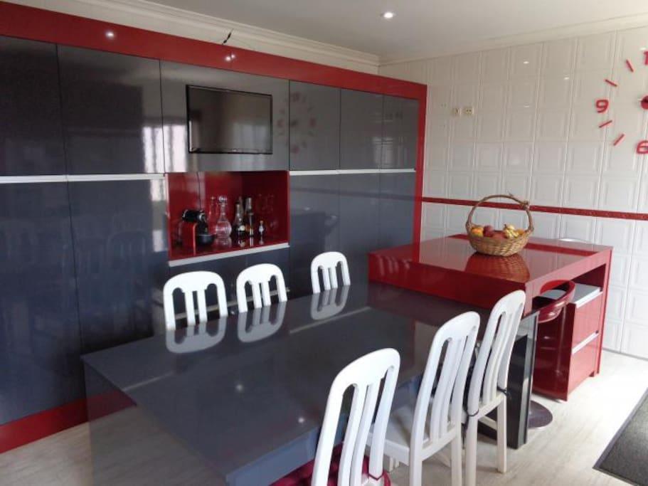 Cozinha e mesa para 10 pessoas