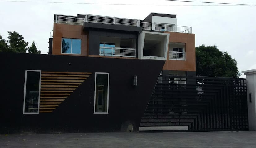 The Edge! Stylish 2 & 3 bdrm Apts! - Accra - Apartment